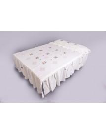 colcha bordada. artesanía de lagarteraen su cama