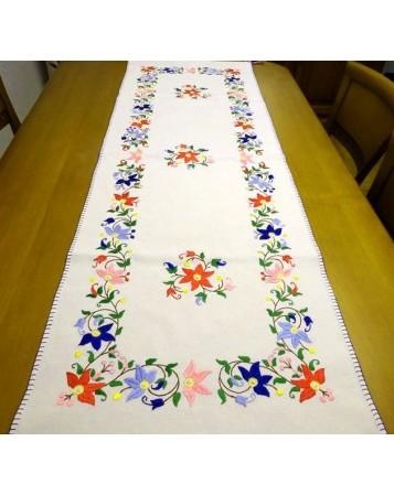 camino de mesa flores en colores. lagartera cuna y museo del bordado