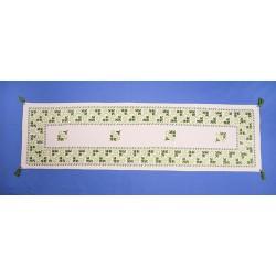 Camino de mesa verde y blanco. Labores artesanales de Lagartera